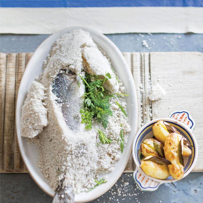 Okoń morski pieczony w soli z koprem włoskim