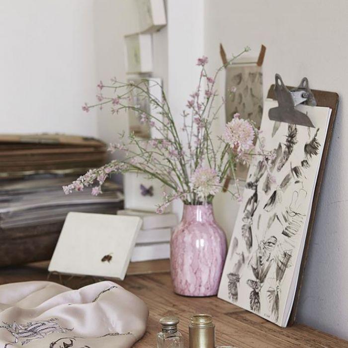 Ćmy z trąbkami, kraby, motyle, wróble mogą zdobić i dom, i wieczorową kreację. Katarzyna Woynowska maluje je jak przed