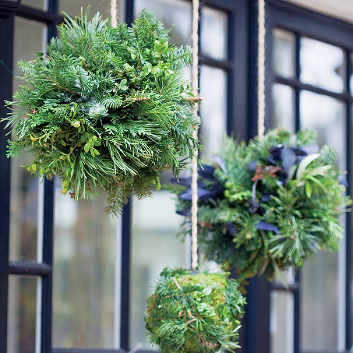 Jak udekorować drzwi: zimowy wieniec i hiacynty
