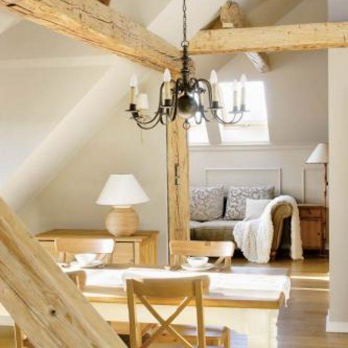 Drewniane krokwie są piękną ozdobą wnętrza.