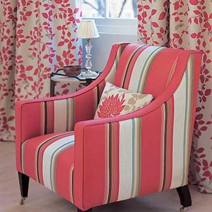 Dzięki czerwonym szerokim pasom klasyczny fotel na fortepianowych nóżkach nie jest nudny. DECODORE