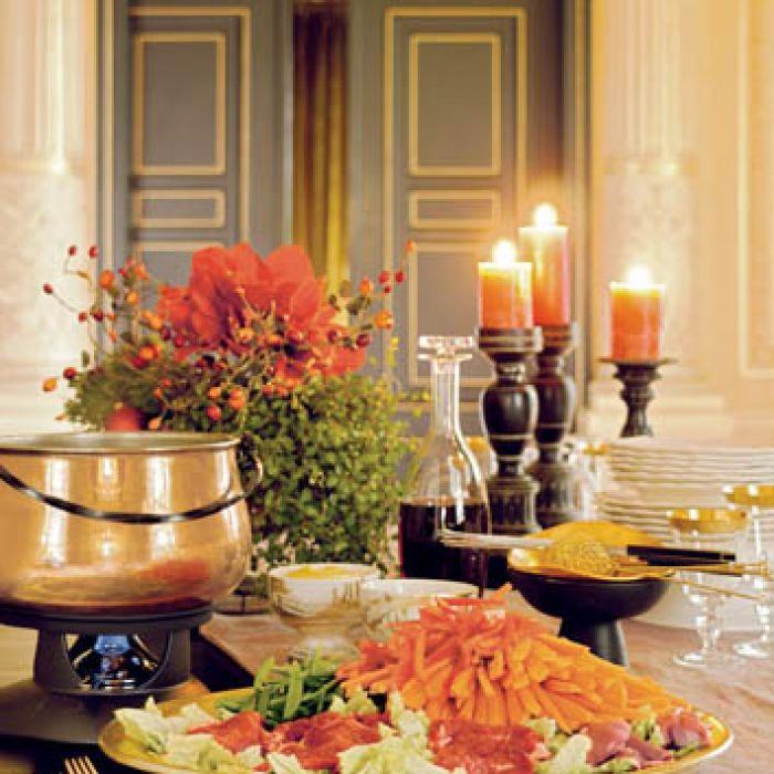 Fondue świetnie nadaje się na spotkanie z przyjaciółmi - pozwala delektować się jedzeniem i rozmową.