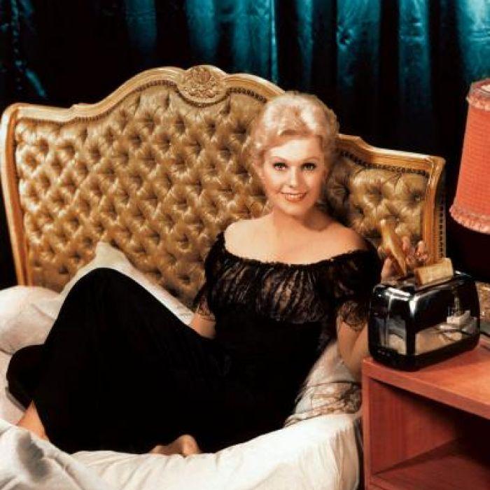 Kim Novak, amerykańska gwiazda filmowa lat 50. XX w., prezentuje toster, fot. MEDIUM.