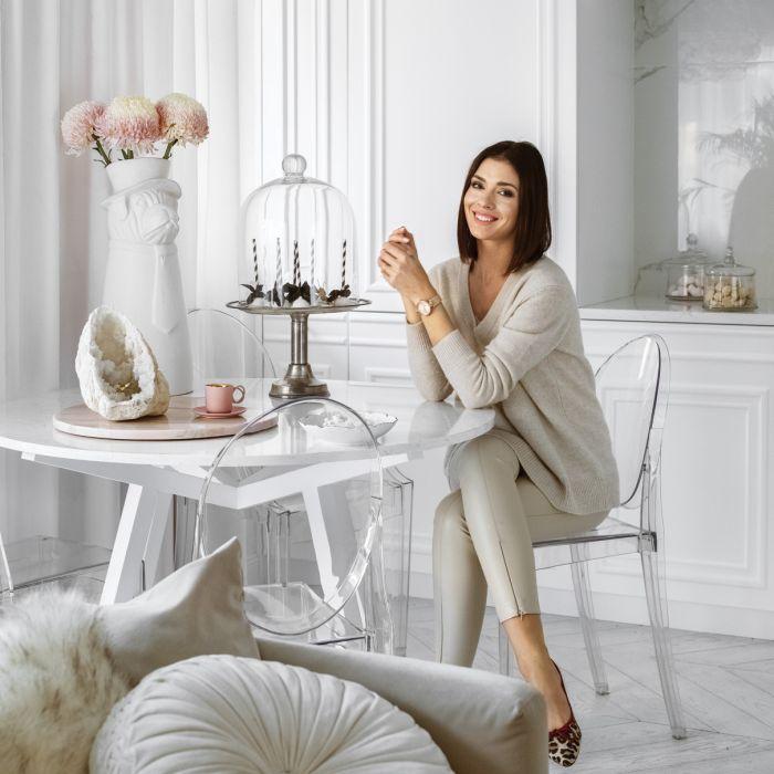Styl glamour: apartament Klaudii Halejcio w bieli i złocie