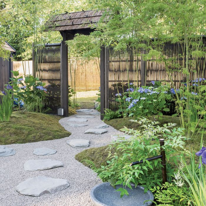 ścieżka w ogrodzie w japońskim stylu