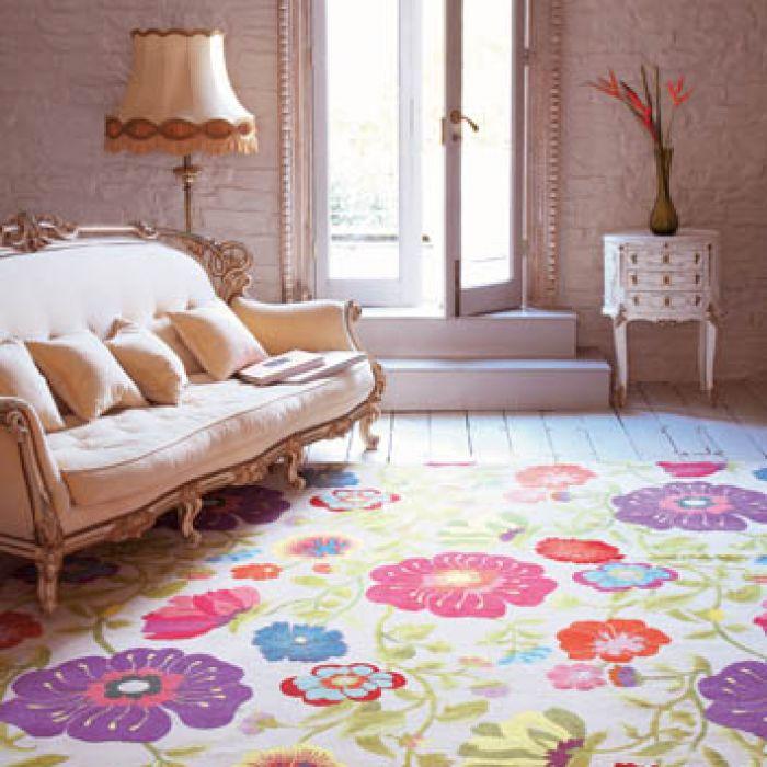 Śmiałe połączenie stylów - barokowe meble i dywan w barwne ludowe kwiaty. SIGNATURE PRINTS