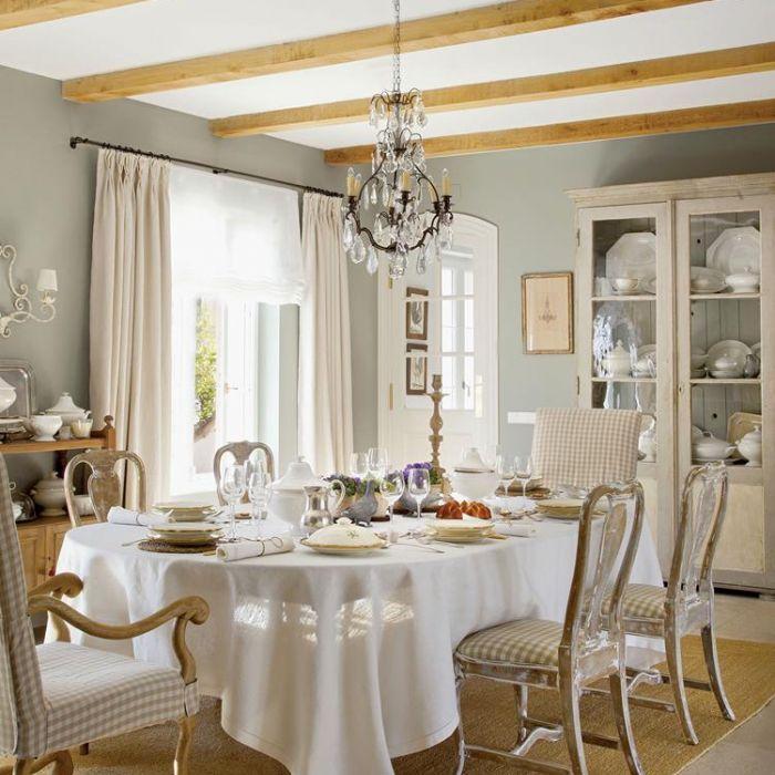 Ten dom urządzony w stylu prowansalskim to dużo lnów, przecieranek i porcelanowych kolekcji. Antyki w
