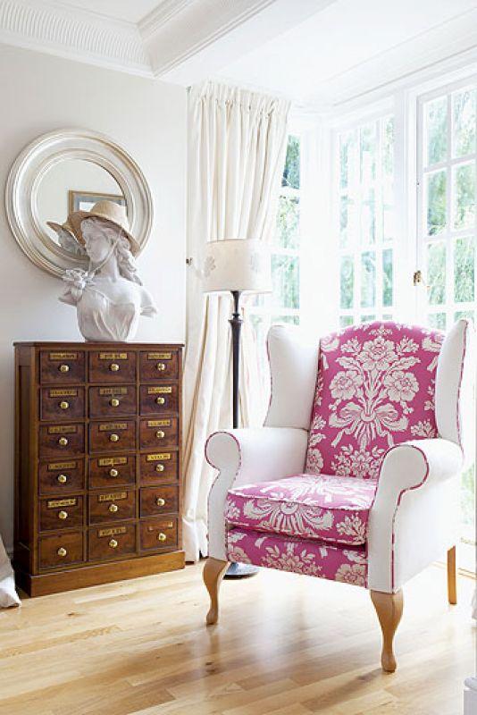 Gospodyni używa niewielkich kawałków luksusowych tkanin np. Designers Guild albo Laura Ashley.