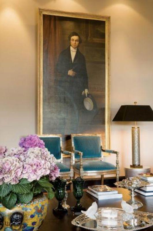 Hans zestawia ze sobą niewielkie krzesła i ogromne lampy czy obrazy. Do tego często dodaje rośliny w donicach o
