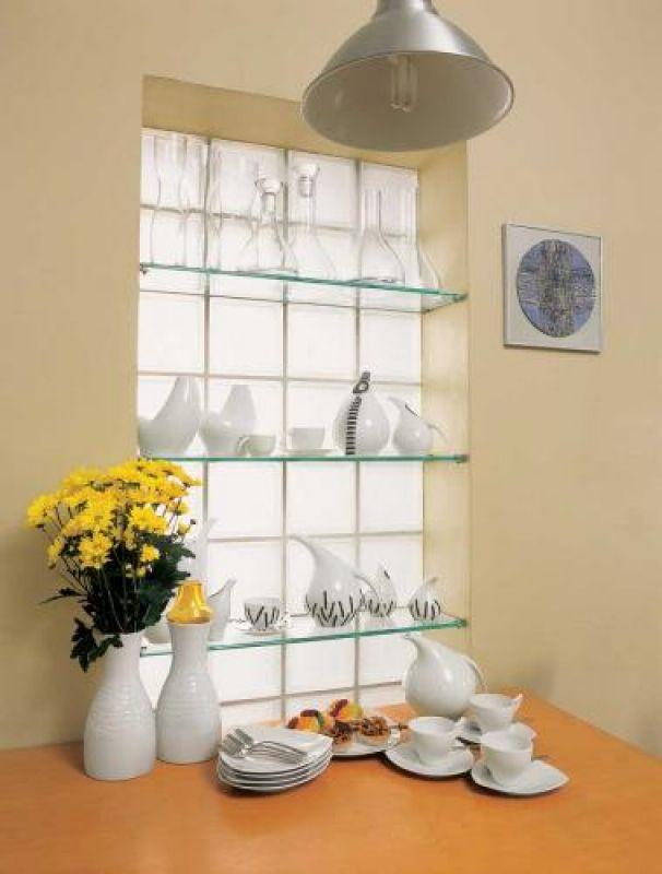 Karafki i wazony ze szkła sodowego Marzena zaprojektowała dla hty Irena. Na stole stoi m.in. serwis Koliber z Chodzieży,