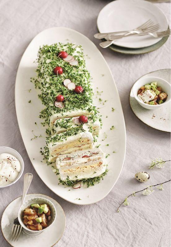Tort kanapkowy z masą twarożkową. Wiosenne dania z twarożkiem, zieleniną i delikatnym mięsem