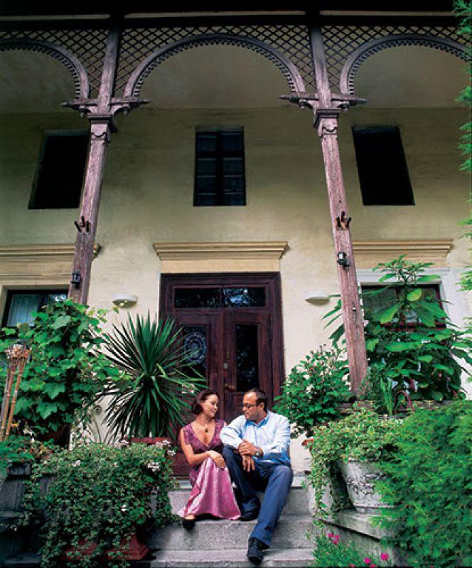 Magda i Rafał na schodach willi. Włoska uroda