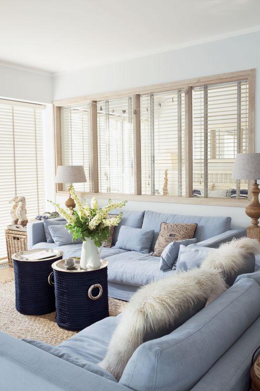 niebieska kanapa w salonie