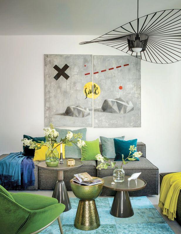 Aranżację salonu stworzyła stylistka Katarzyna Sawicka. Szarą przestrzeń urządziła w odcieniach zieleni i turkusu. Wybrała