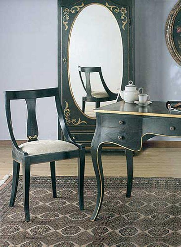 Można nim ozdobić np. drzwi szafy. Cena mebla z lustrem - 7835 zł. Do kompletu krzesło (2385 zł) i biurko (7560 zł). HEBAN