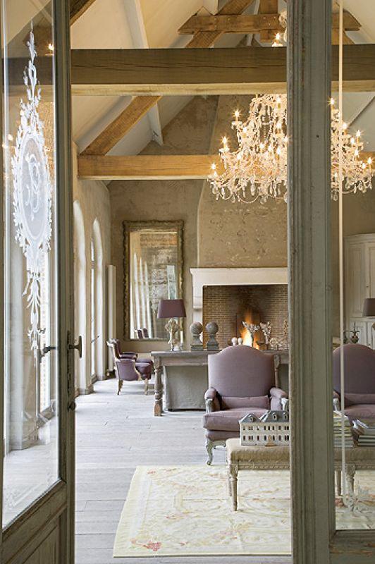 Pałacowe meble stoją na tle surowej ściany.
