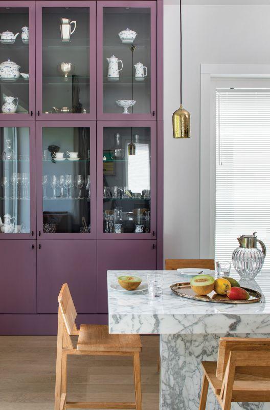 Penthouse, apartament czy miejska dżungli? Wszystkie te inspiracje łączy aranżacja w eklektycznym stylu.