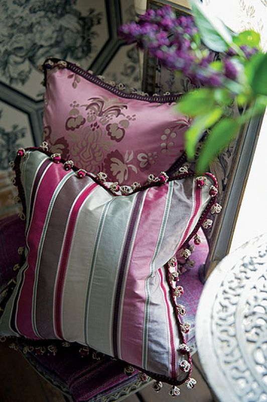 Poduszki od Designers Guild, jedwabie z The Royal Collection, ceny od 413 do 586 zł. DECODORE