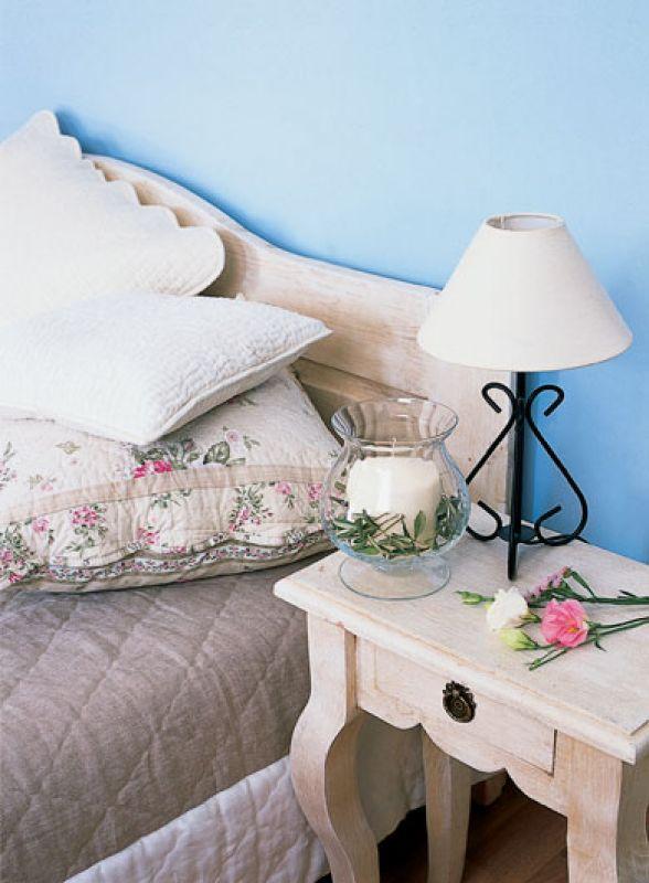 Ściany w kolorze prowansalskiego nieba i delikatne beże - naturalnego drewna i lnu.