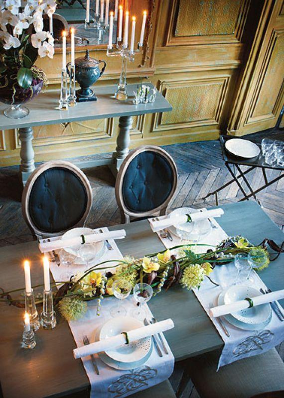 Stół Battier za 4862 zł, do tego krzesła Princess – 1213 zł każde, porcelana Milky (np. talerz