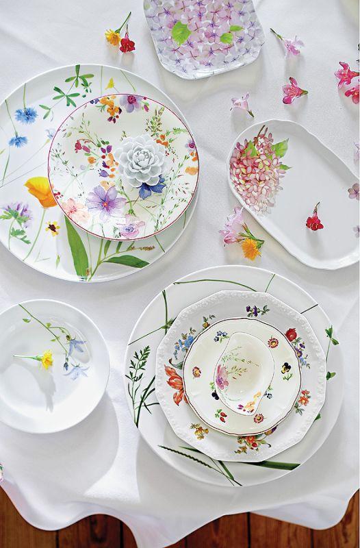 Wiosennie nakryty stół. Porcelana w kwiaty.