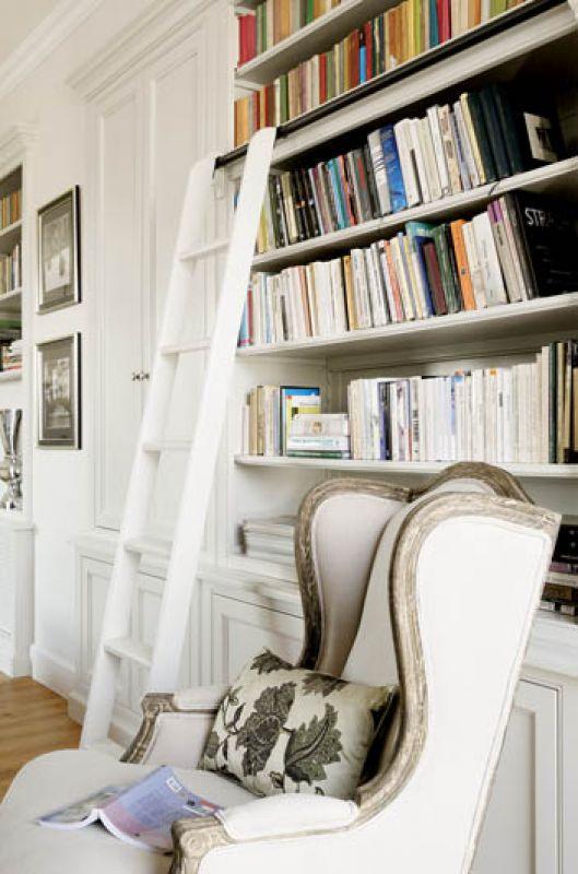 Wystarczy chłodna biel i pomysłowa konstrukcja - dolne, niskie szafki, a regał wbudowany w ścianę - i już biblioteka