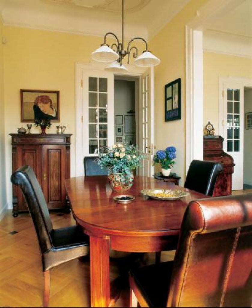 W jadalni drewniany stół i skórzane krzesła.
