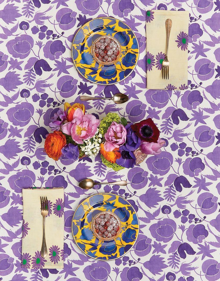 obrus i porcelana w kwiaty