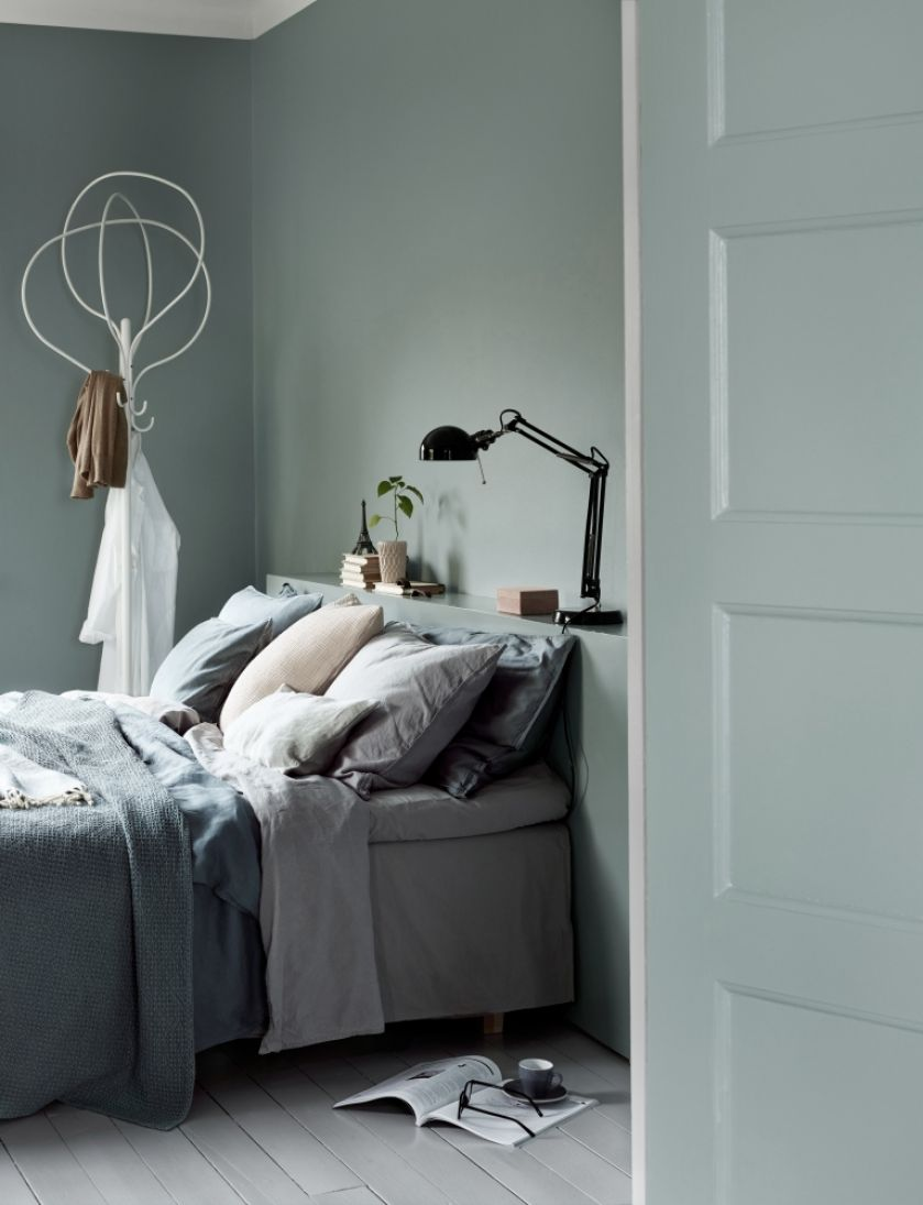 drzwi w kolorze ściany w sypialni