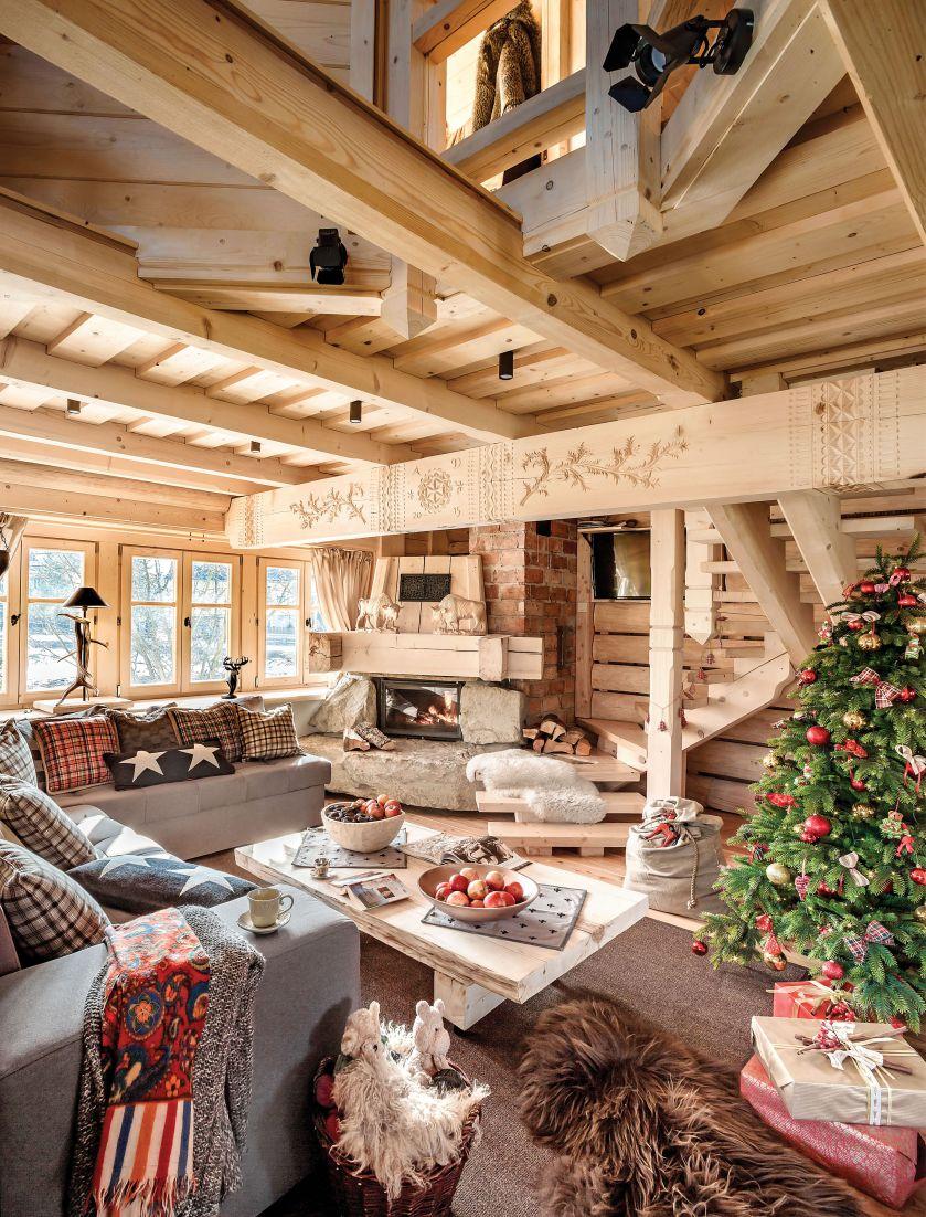 Architektka poświęciła jeden pokój na malowniczą dziurę w suficie, przez którą z góry można podziwiać salon i kuchnię.