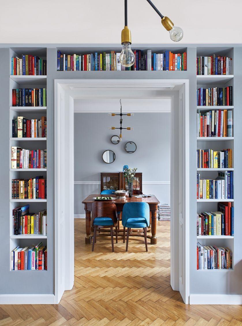 regał na książki w małym mieszkaniu