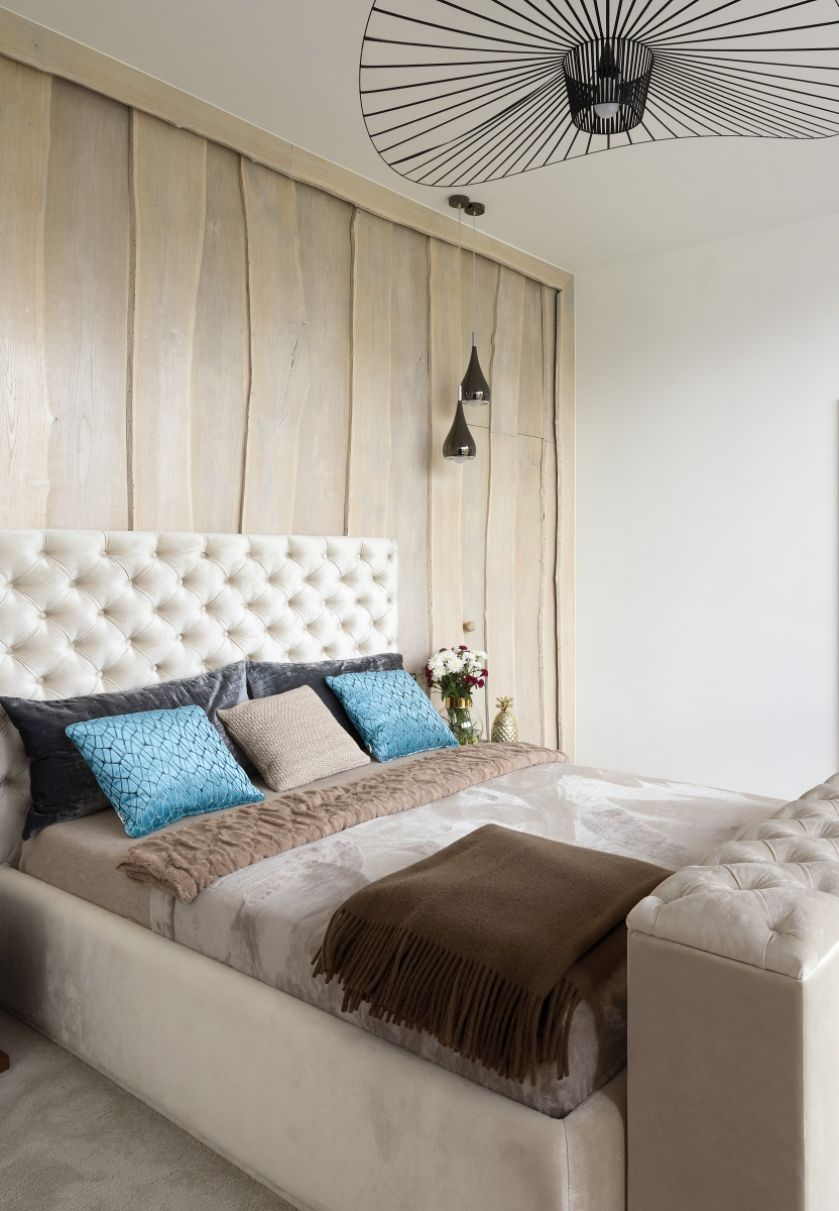sypialnia z drewnem na ścianie
