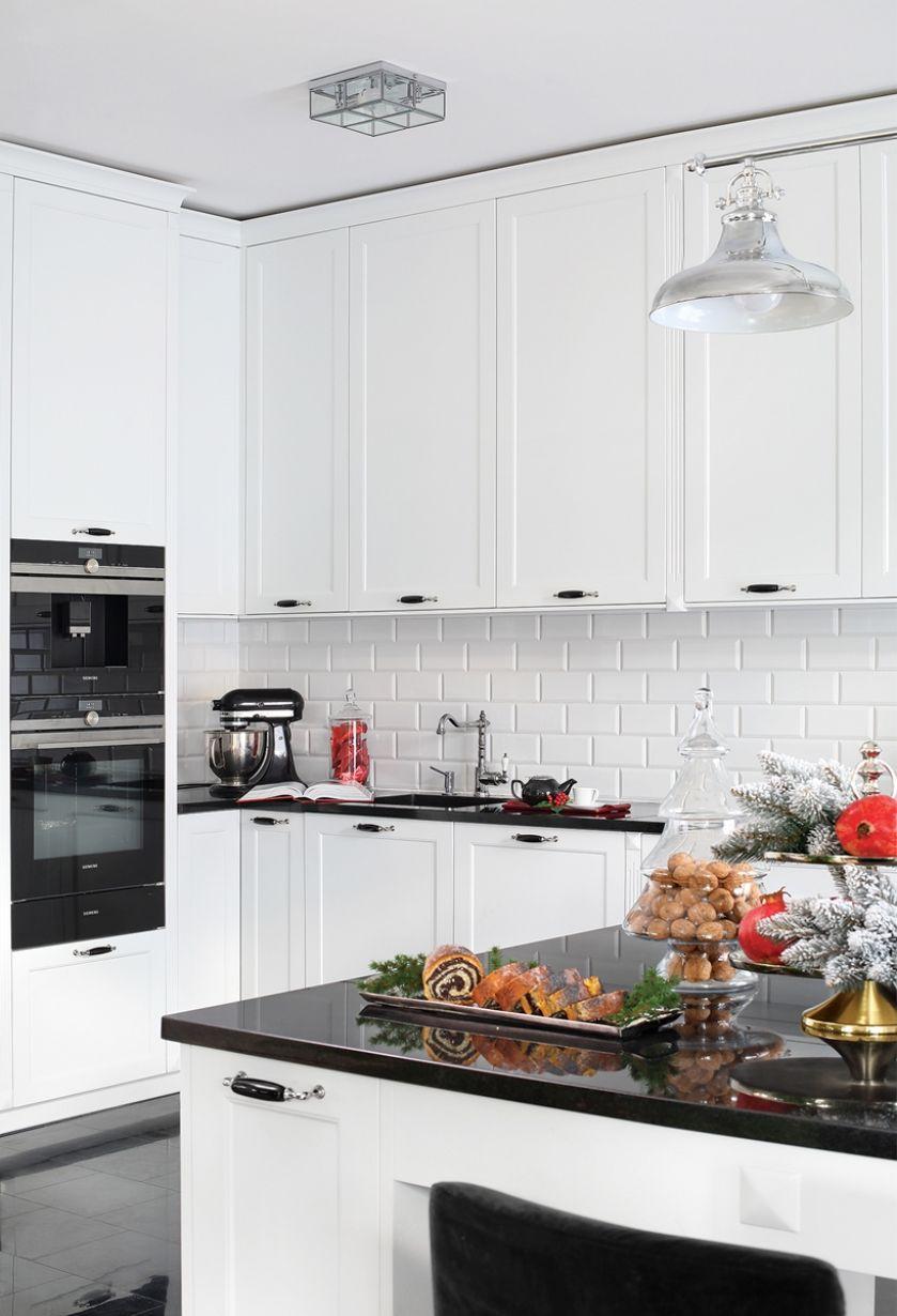 biała kuchnia z czarnymi dodatkami w stylu nowojorskim
