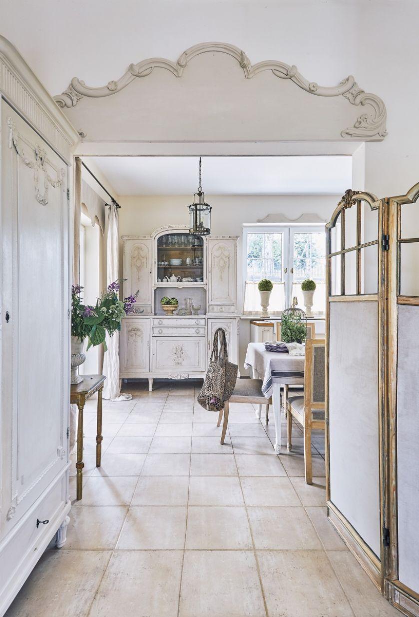 Zwieńczenie drzwi Dorota zrobiła z korony starego lustra. Szafa z rzeźbionymi girlandami pochodzi z kompletu