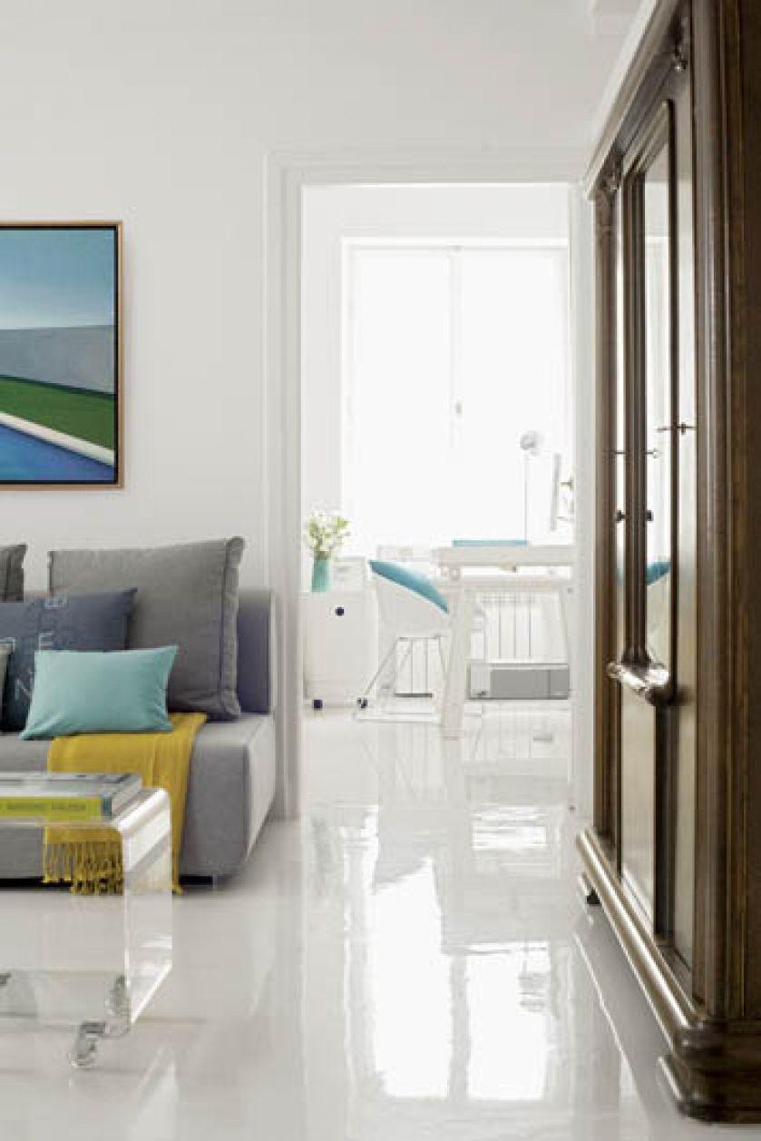 Biała podłoga z żywicy epoksydowejbardzo rozjaśnia mieszkanie.