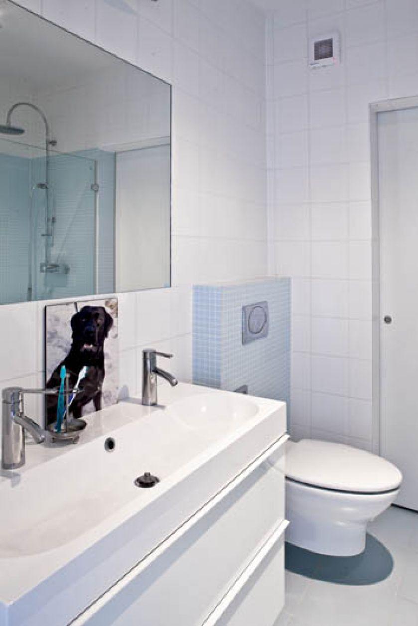 Błękitna mozaika w łazience ożywia wnętrze.