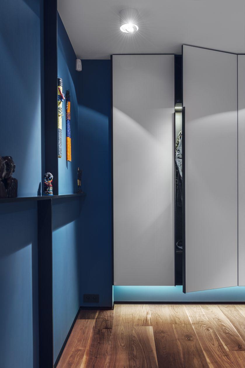 Eleganckie i stonowane kolory: niebieski, lazur, szarość, biel.