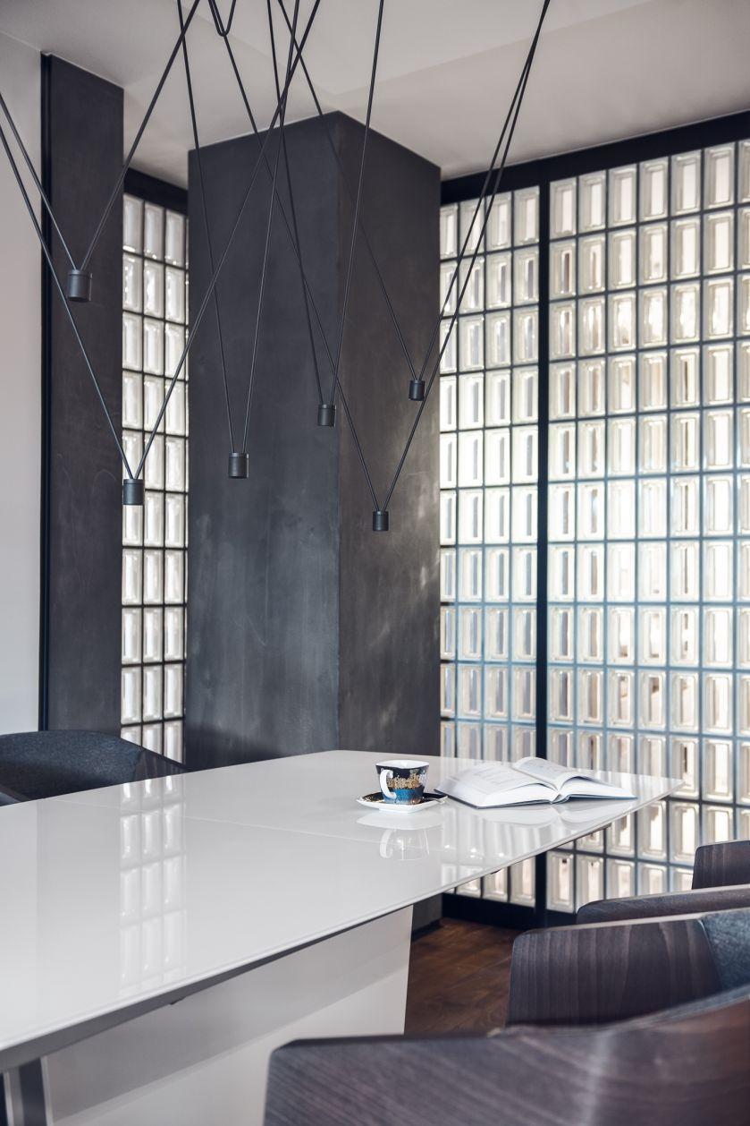 Luksfery wpuszczają światło do garderoby, a jednoczśnie odbijają naturalne światło wpadające do salonu przez wielkie okna.