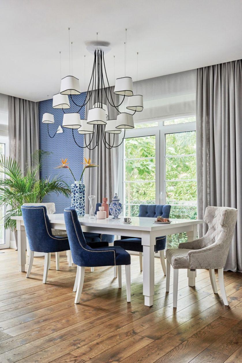 szara jadalnia z niebieskimi krzesłami