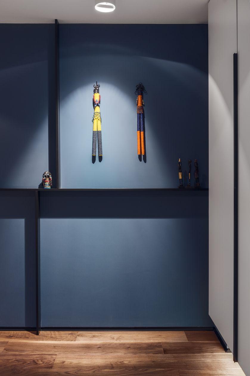 W całym mieszkaniu dominują zgaszone odcienie lazurów, niebieskości i szarości.