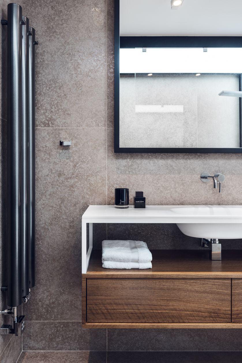 W mieszkaniu można odnaleźć awangardowe elementy widoczne m.in. w luksusowej łazience i toalecie.