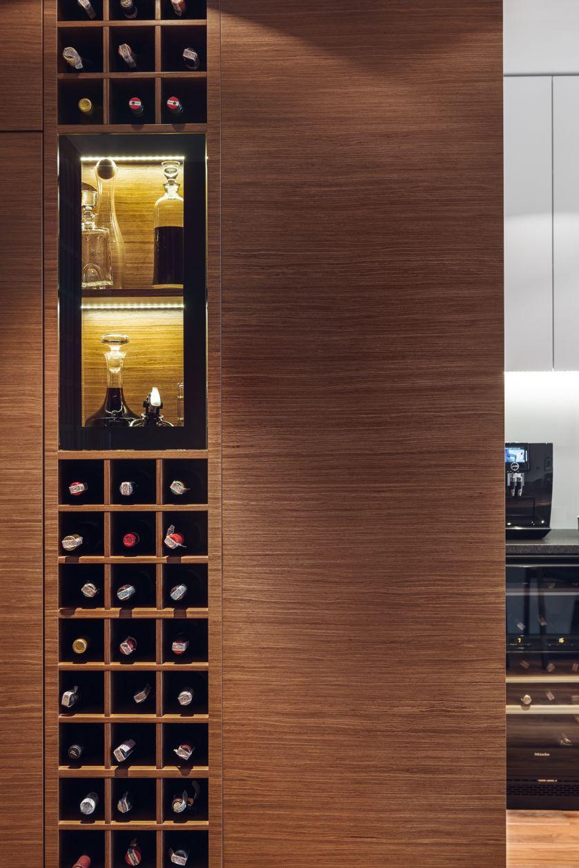 Właściciel lubi dobre wino, w mieszkaniu musiała więc pojawić się specjalna półka na butelki.