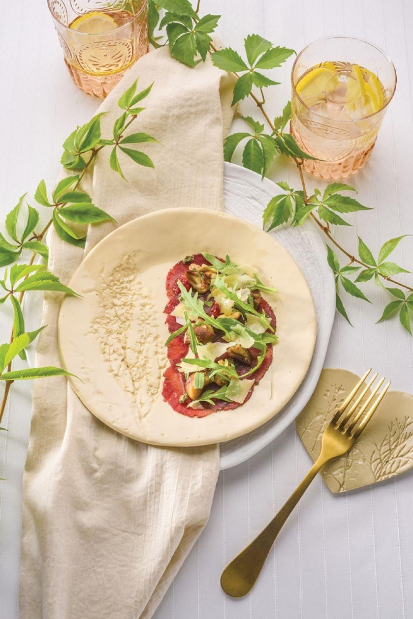 Carpaccio ze strusia z sałatką z suszonych pomidorów i oliwek