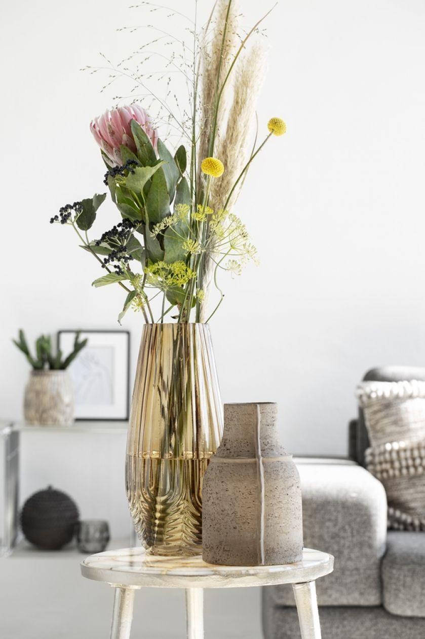 Szklane, ceramiczne i metalowe – efektowne wazony, które dekorują wnętrza