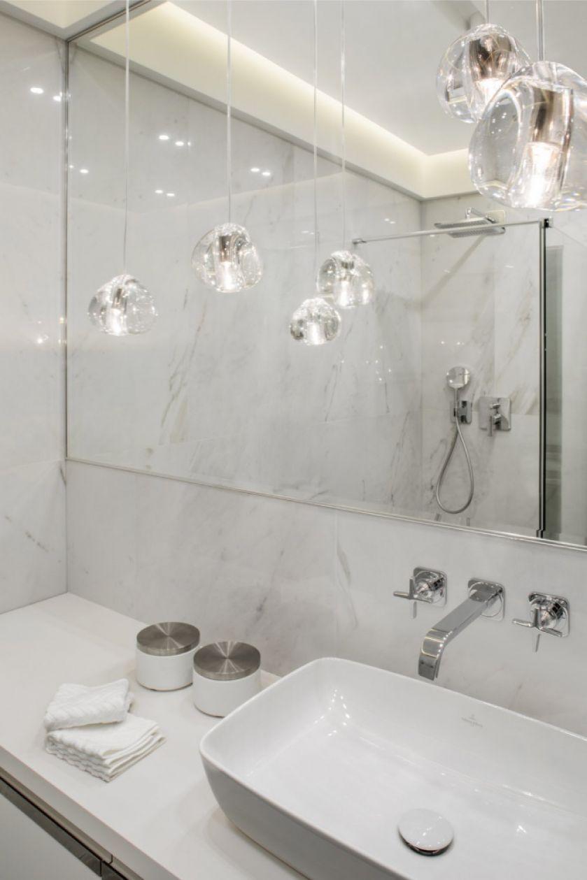 biała łazienka z marmurem