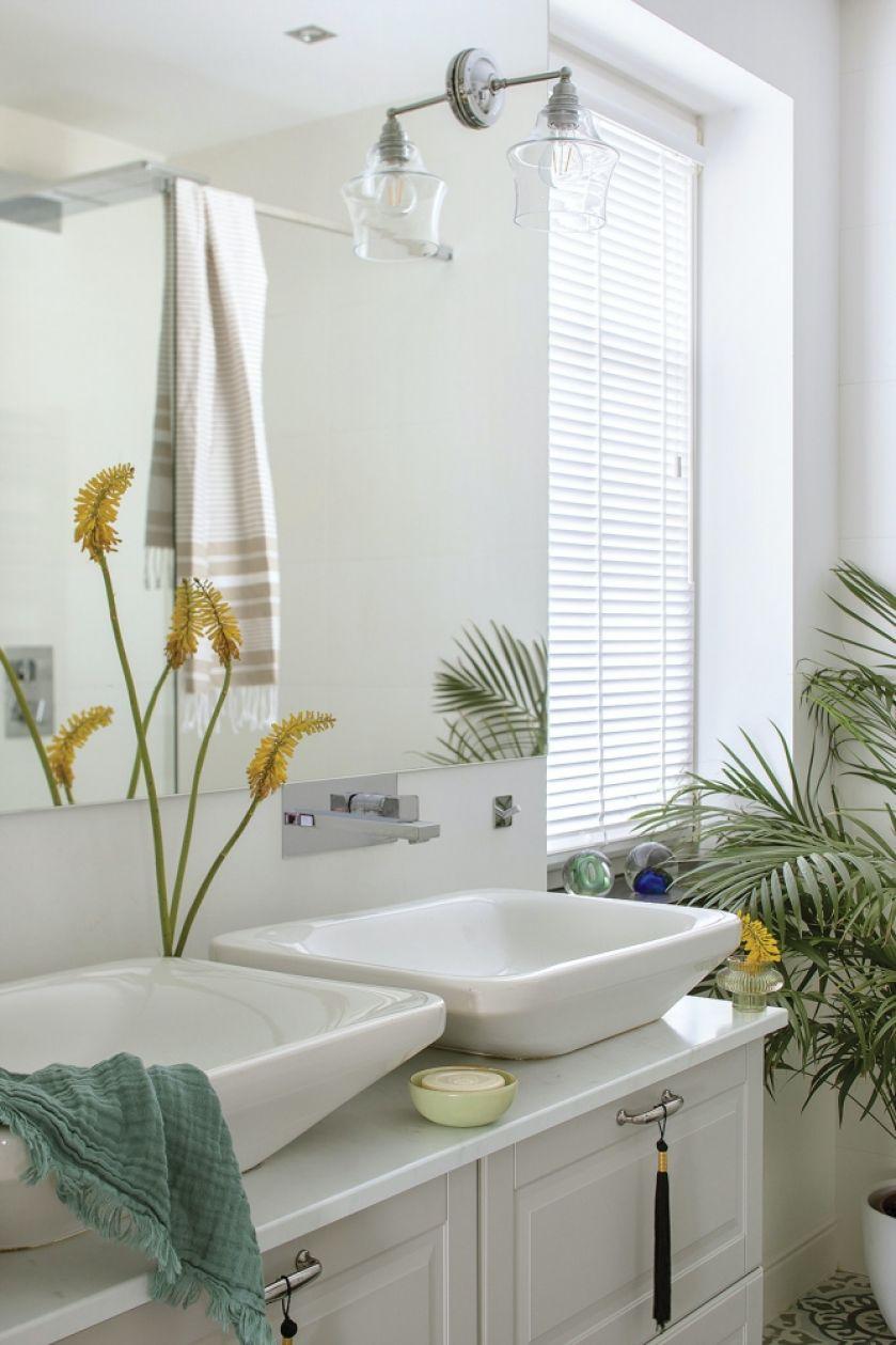 biała łazienka z dwiema umywalkami nablatowymi