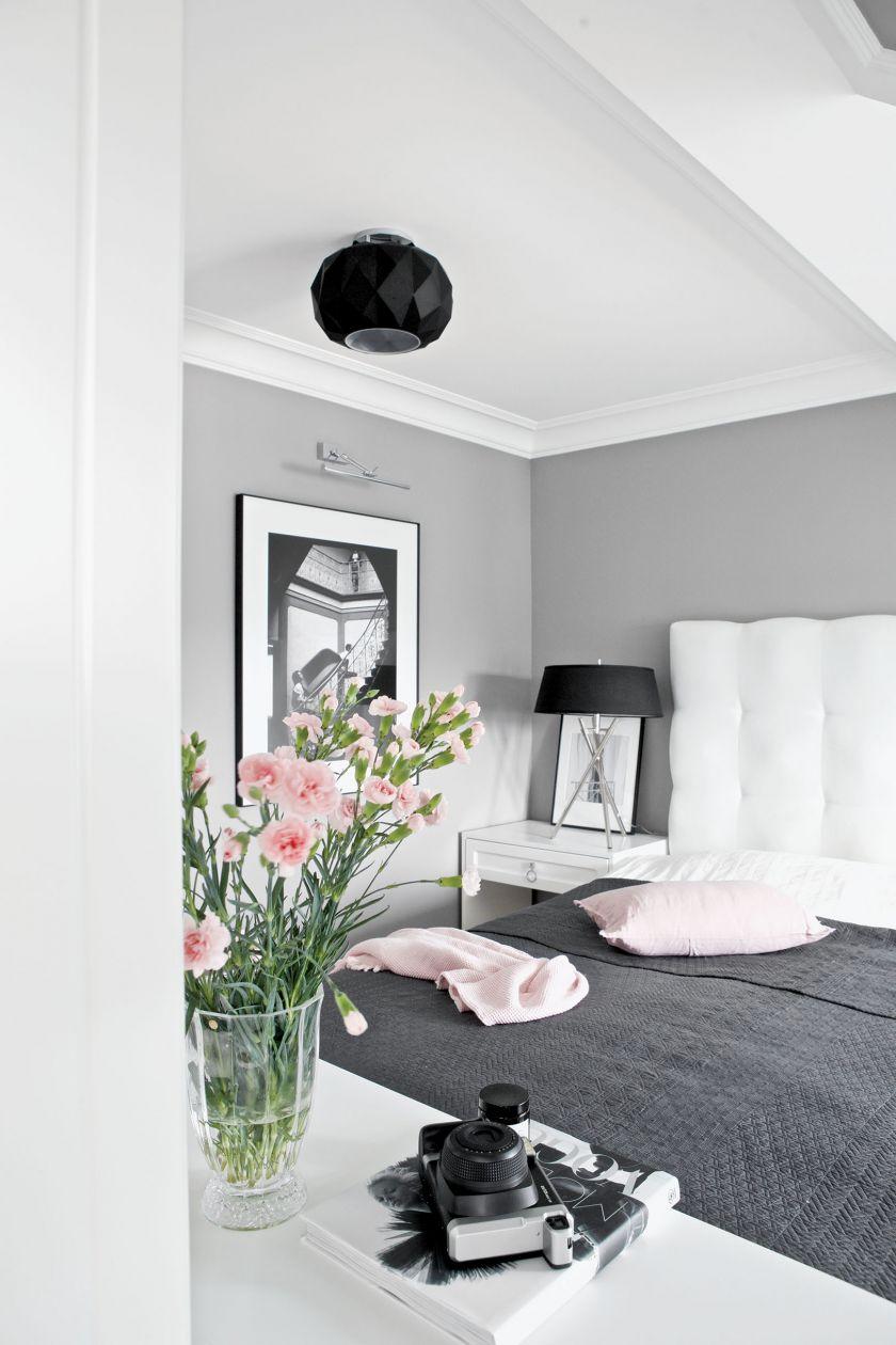 Szarości, czerń i biel królują nawet w sypialni, a mimo to jest tu ciepło i przytulnie.