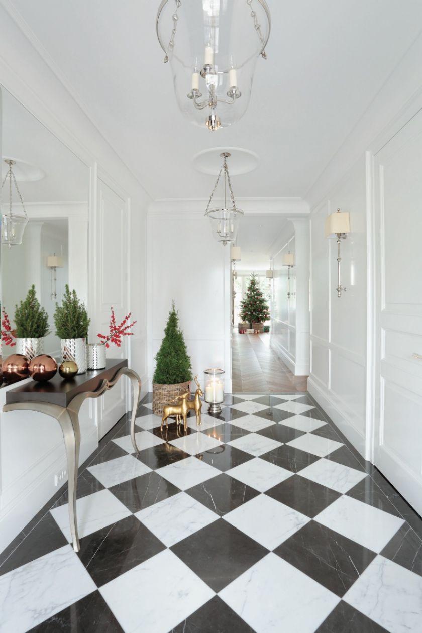 biały hol w stylu klasycznym