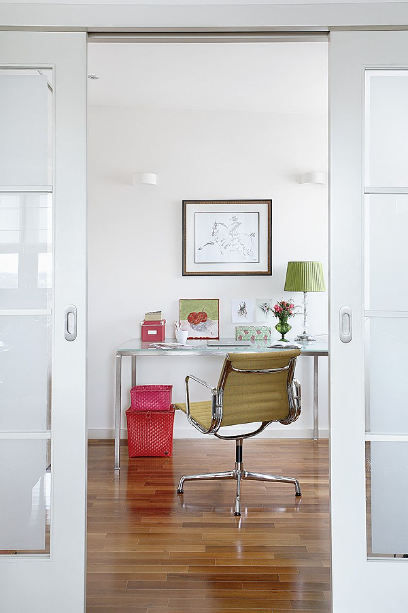 Gabinet z klasykiem, fotelem Aluminium z kolekcji Vitra.