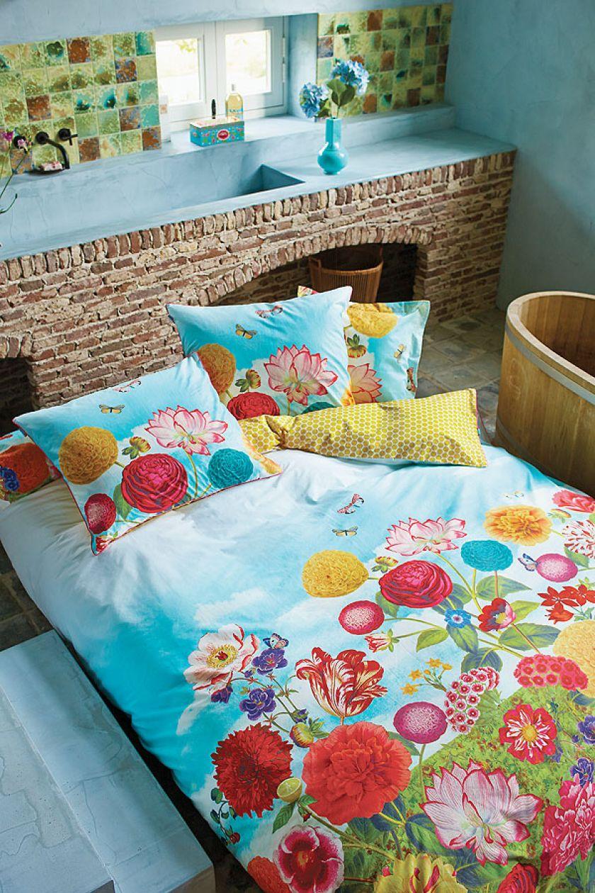 Pościel z delikatnej bawełny w błękitach i kolorach letnich kwiatów.
